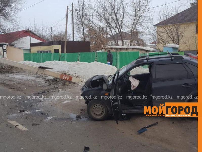 Столб уличного освещения упал на проезжающую мимо легковушку в Уральске
