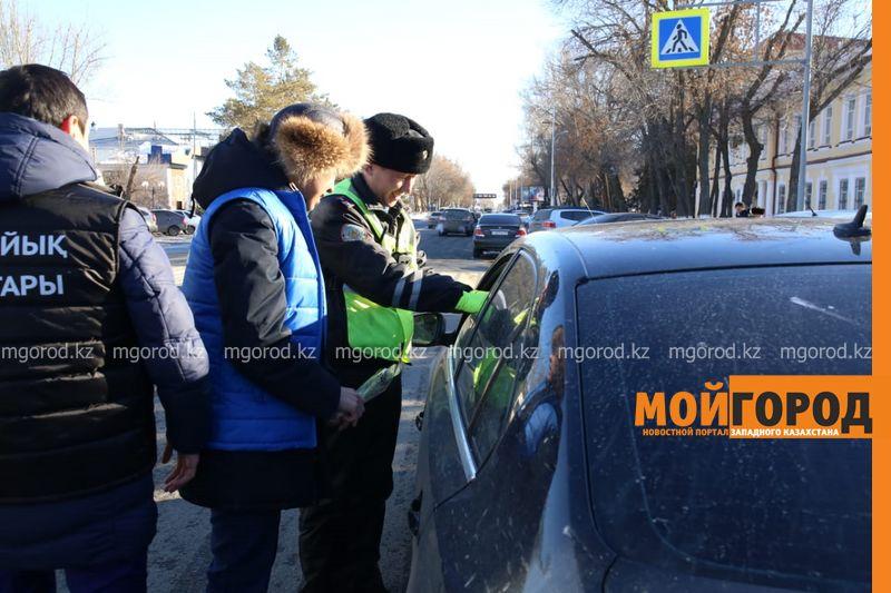 Молодежь Уральска поздравила женщин-водительниц с праздником
