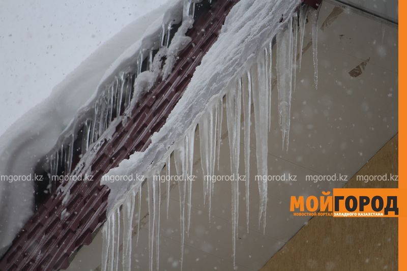 Ледяная глыба с крыши упала на жительницу Уральска