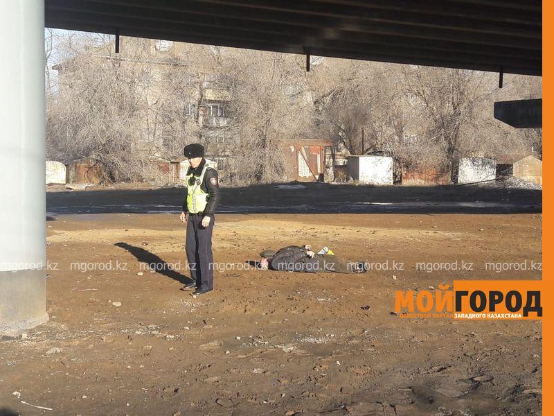 Труп мужчины обнаружили под мостом в Уральске