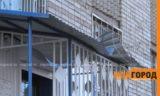 В Уральске школьница выпала из окна седьмого этажа и осталась жива