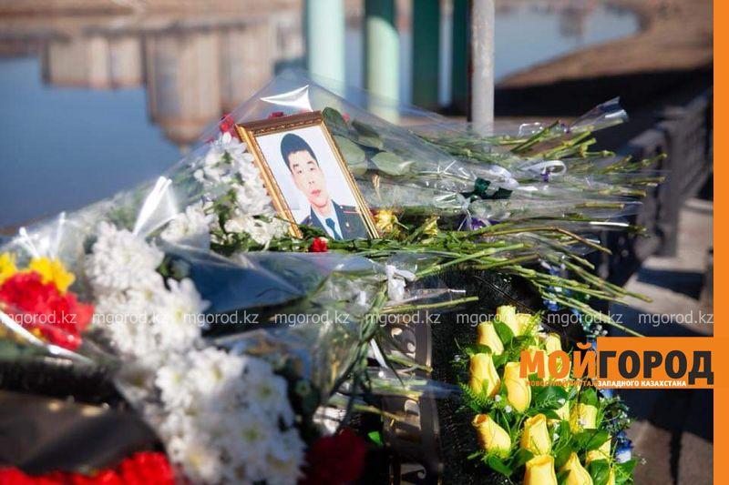 Новости Атырау - В Атырау горожане несут цветы в память о герое-полицейском (фото)