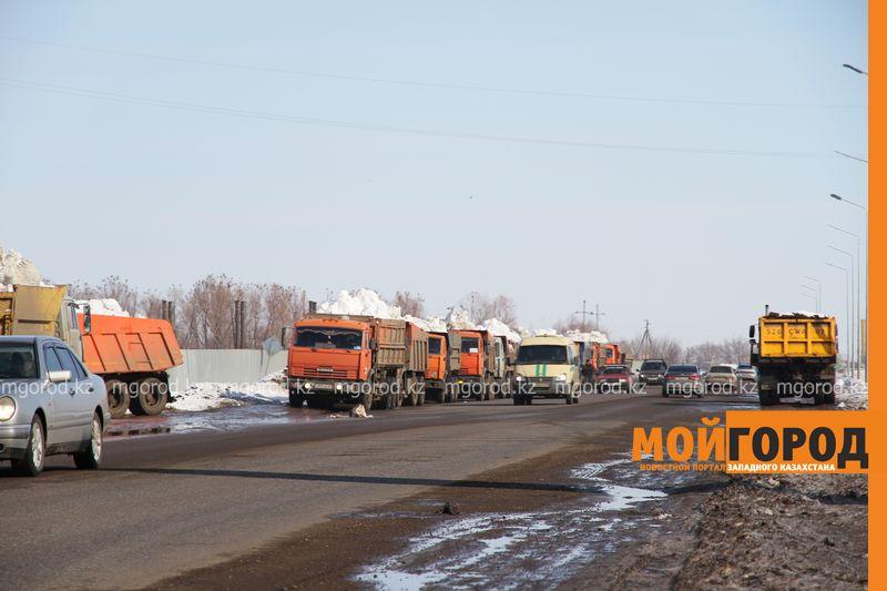 Новости Уральск - В Уральске на полигоне образовалась очередь из самосвалов со снегом (видео)