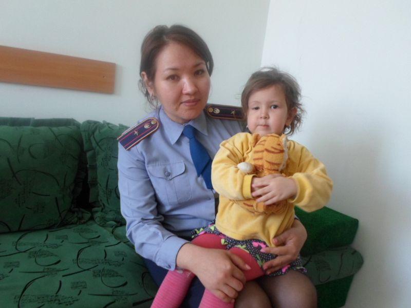 Новости Уральск - Полицейский нашел заблудившуюся девочку в Уральске