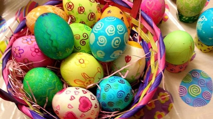 Новости Актау - Яйцо в капроновом чулке - необычно красим яйца к Пасхе