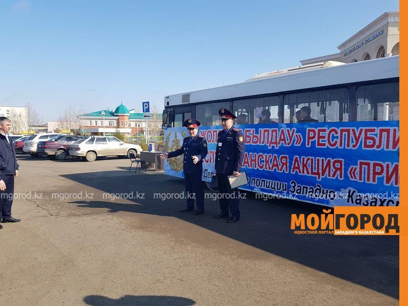 """Новости Уральск - Около 200 человек обратились за помощью к полицейским во время акции """"Приемная на дороге"""""""