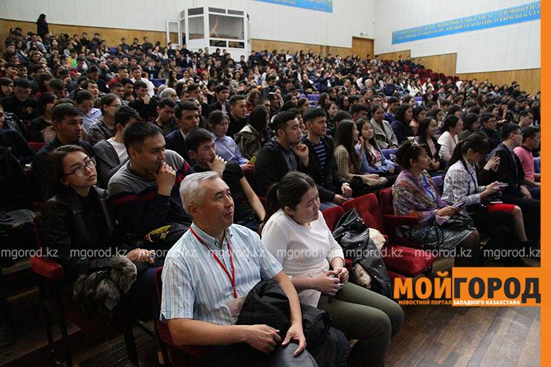 Известный казахстанский певец провел лекцию в университете ЗКО