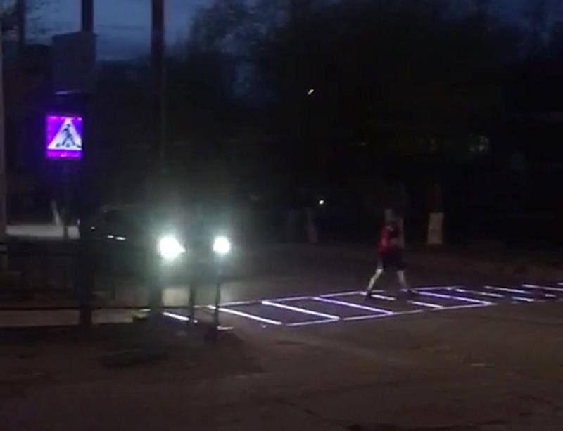 Новости Атырау - Житель Атырау на собственные средства установил светящуюся пешеходную дорожку в центре города