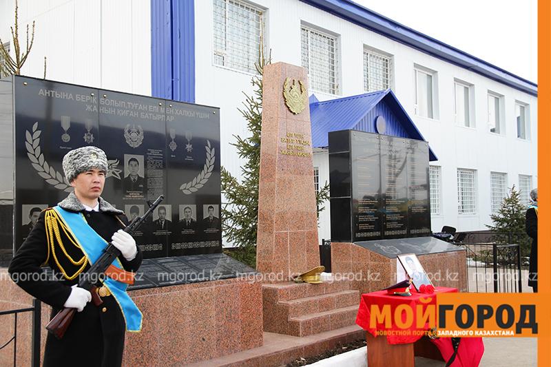 В Уральске почтили память атырауского полицейского, погибшего спасая тонущую девушку