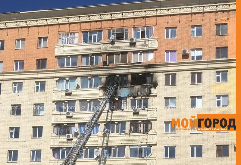 В Актобе начался пожар в многоэтажке, которая горела в прошлом году (фото)