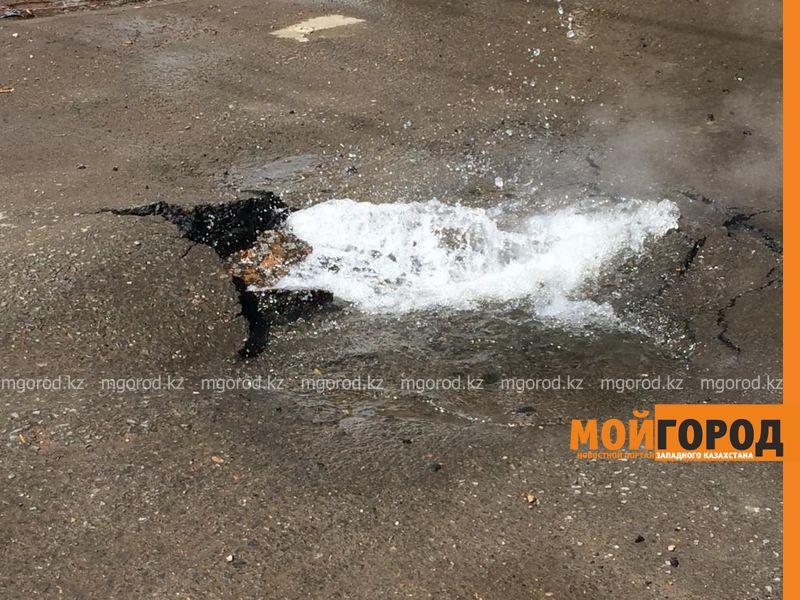 Новости Уральск - Трехметровый фонтан из горячей воды бил в центре Уральска (видео)