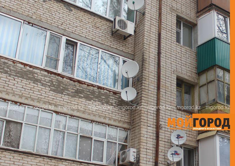 16-летняя девочка выпала из окна многоэтажки в Уральске Ребенок выпал с балкона девятого этажа в ЗКО