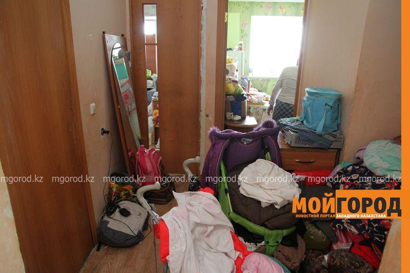"""Вонь страшная: семья таскает мусор в квартиру и """"разводит"""" тараканов (фото, видео)"""
