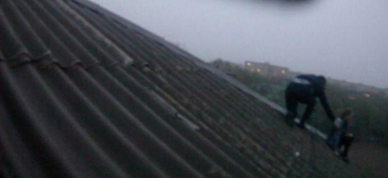 Новости Уральск - Полицейские Уральска спасли девушку, которая пыталась спрыгнуть с крыши пятиэтажки