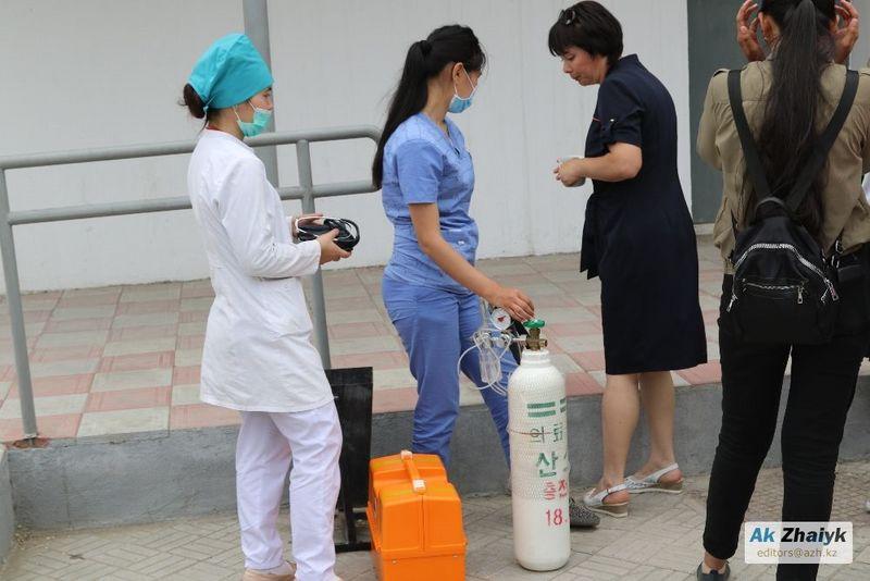 20 студентов колледжа в Атырау попали в больницу после распыления перцового баллончика