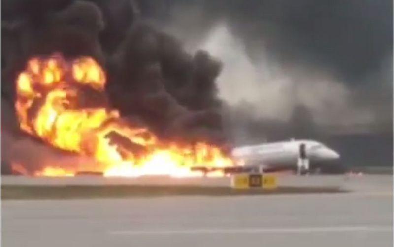 Новости - В аэропорту Шереметьево загорелся самолёт во время посадки. Погибли 13 человек
