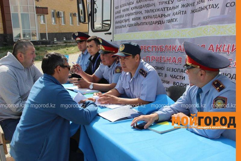Более двух сотен человек проконсультировали на дороге Актюбинские полицейские