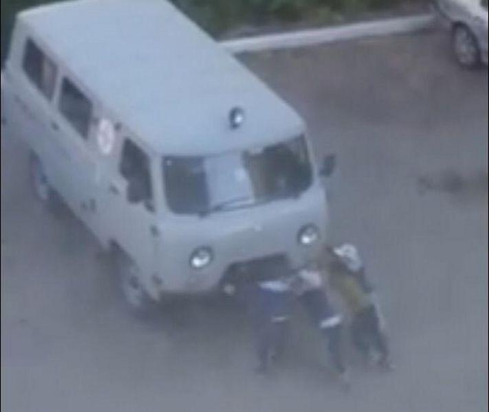 В Уральске дети вскрыли двери скорой помощи отверткой