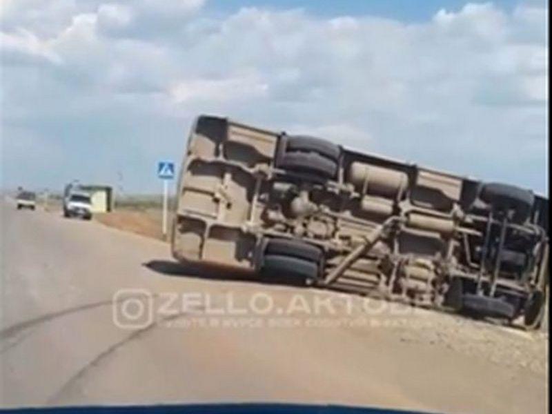 Новости Актобе - В пригороде Актобе перевернулся пассажирский автобус