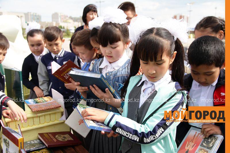 Новости Уральск - 27 учеников посетили выставку книг на площади Первого Президента