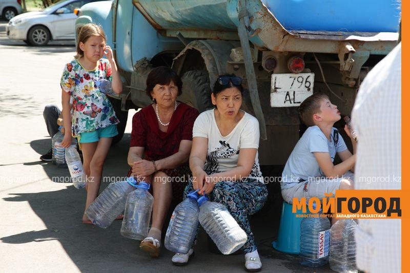 Новости Уральск - 5 литров на руки: как уральцев обеспечивают водой после аварии на КНС (фото)