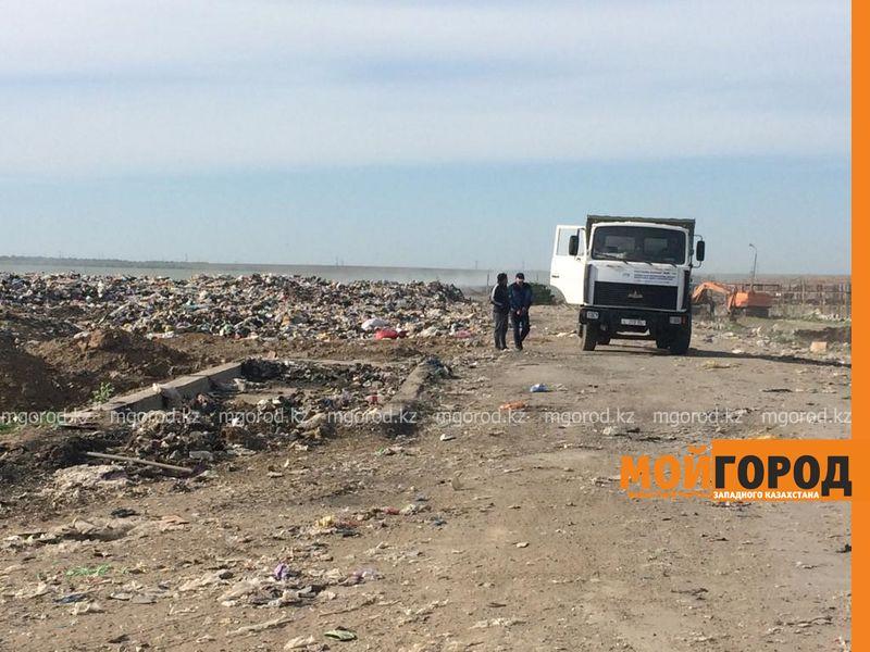 Глиной засыпают тления на полигоне ТБО в Уральске