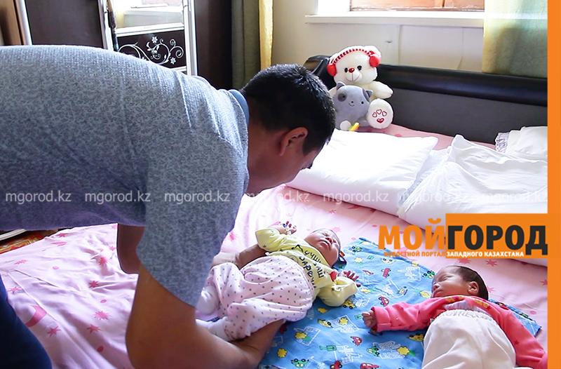 Пачка подгузников и банка детского питания в сутки: как справляются родители тройняшек (фото, видео)