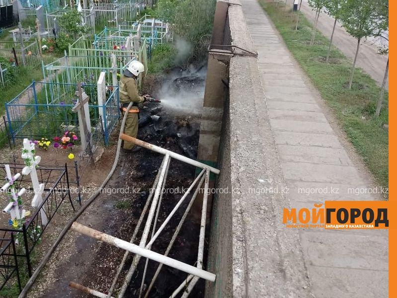 Новости Уральск - В Уральске горит трава на кладбище