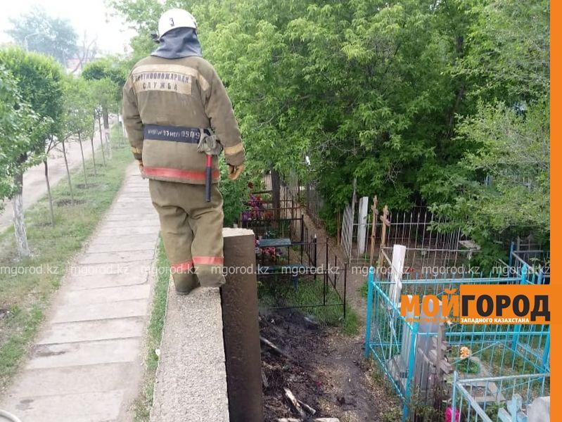 В Уральске горит трава на кладбище
