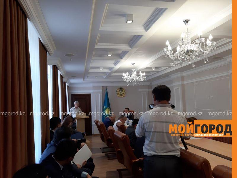 Новости Уральск - Служебную машину чиновника сняли на видео возле ресторана в Уральске