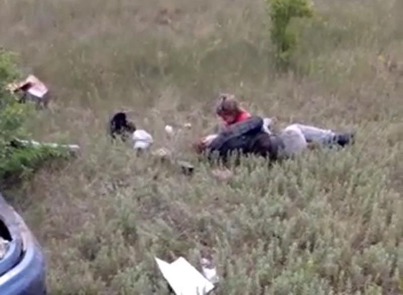 Новости Уральск - Плачущую рядом с мамой девочку на месте ДТП сняли на видео в ЗКО