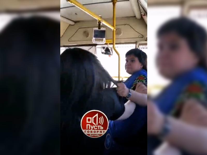 Кондуктор и пассажир подрались в автобусе в Актобе