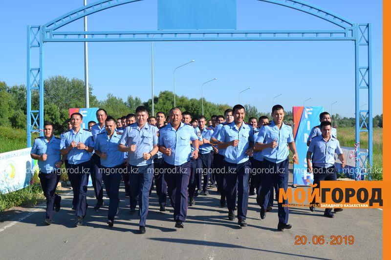 Новости Уральск - 100 полицейских в форме пробежали в парке Уральска (фото)