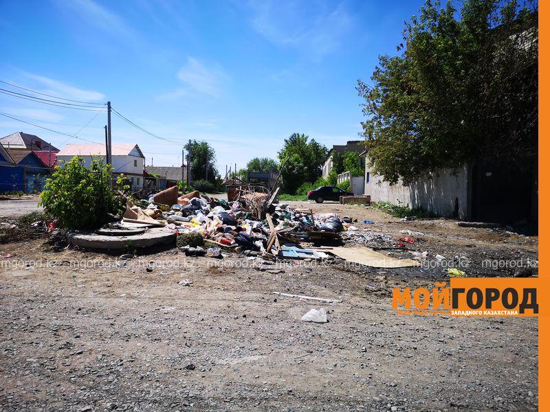 Новости Уральск - Депутат пожаловался на свалку мусора в районе центрального рынка в Уральске