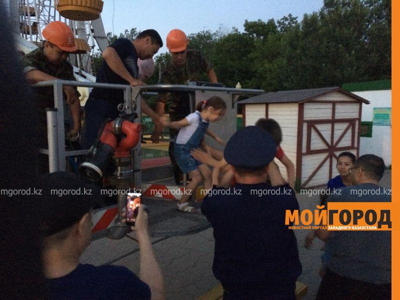 Новости Уральск - Колесо обозрения остановилось в Уральске: людей из корзин достают спасатели (фото, видео)