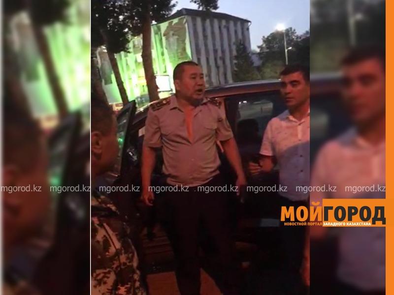 Полицейский напал на коллегу в Уральске (видео)