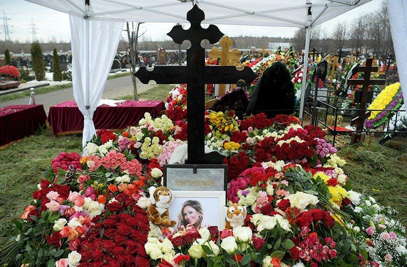 Новости Актау - «Юля! Спаси!» Туроператоры предлагают туры на могилу Началовой