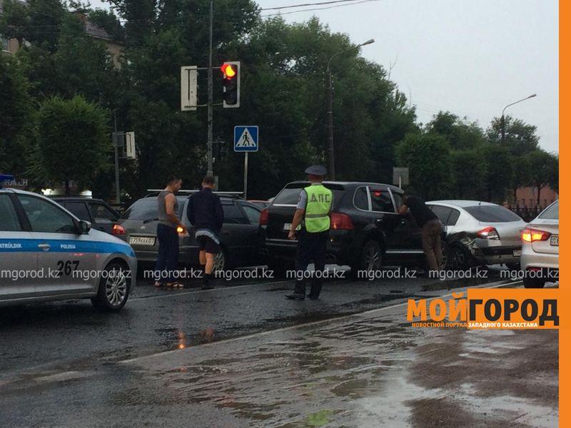 """Директор каздрамтеатра на """"Порше кайене"""" протаранил две машины в Уральске"""