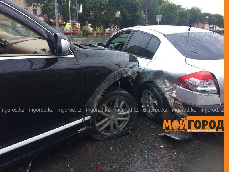 Директор Каздрамтеатра на Porsche протаранил две машины в Уральске