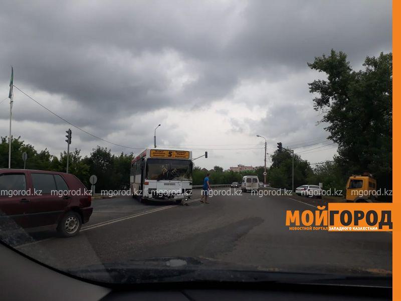 Новости Уральск - Пассажирский автобус столкнулся с легковушкой в Уральске