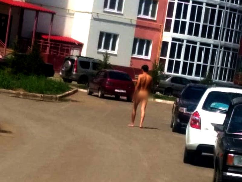 Новости Уральск - Голый мужчина разгуливал во дворе многоэтажки в Уральске