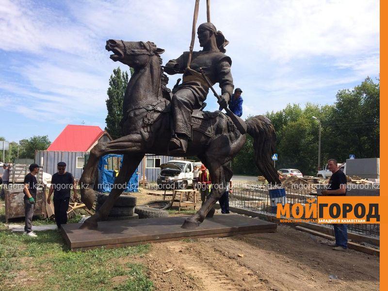Новости Уральск - В Уральск привезли скульптуры Махамбета и Исатая