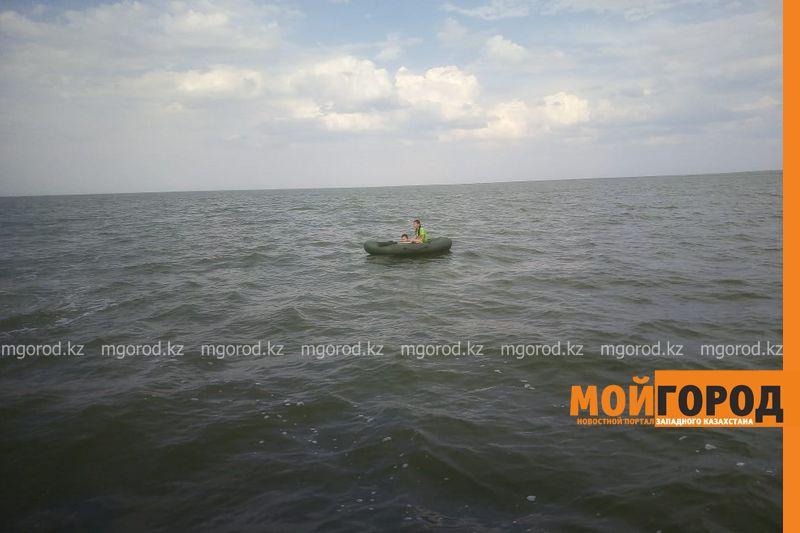 Четыре человека унесло в лодке на озере ЗКО