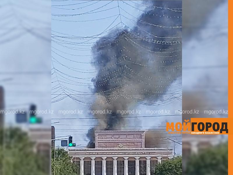 Здание драмтеатра горит в Атырау (фото, видео)