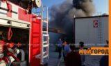 """В Атырау горит крупный павильон рынка """"Дина"""" (видео)"""