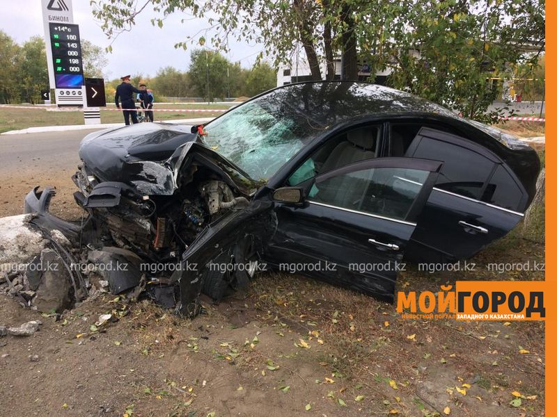 Иномарка снесла столб в Уральске (фото)