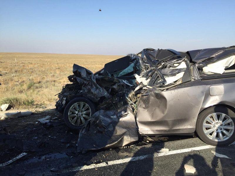 В Атырауской области столкнулись минивэн и тягач: погибли три человека (фото)