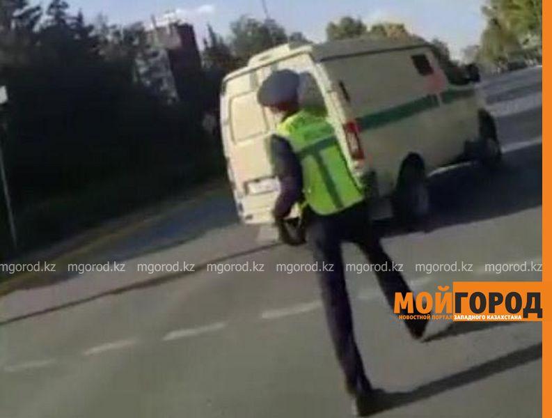 В ЗКО наказали полицейского, кинувшего жезл в инкассаторскую машину (видео)