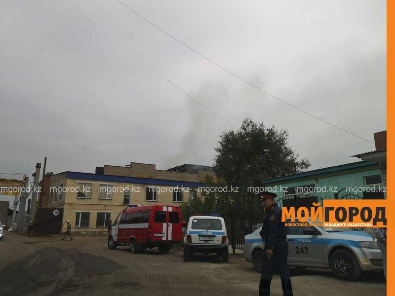Заброшенное здание горит в Уральске