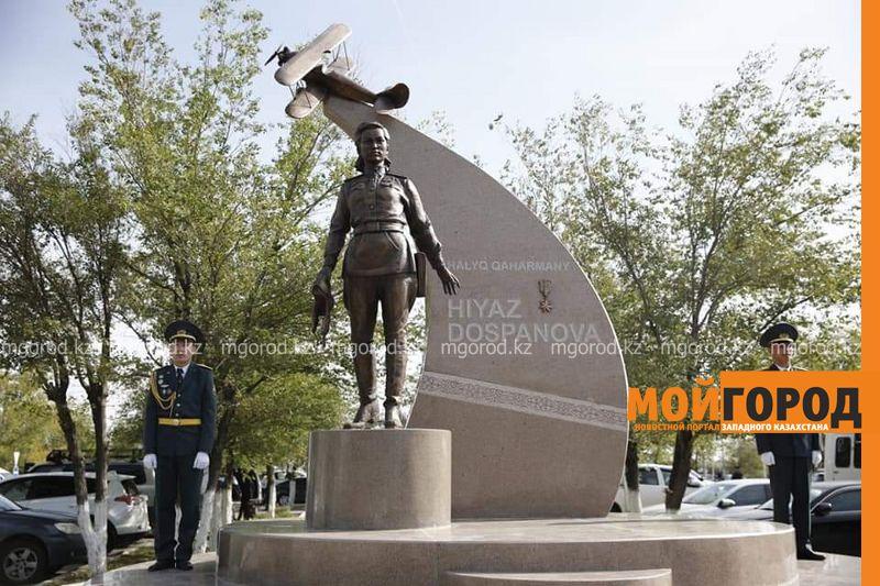 Новости Атырау - Памятник Хиуаз Доспановой установили в аэропорту Атырау